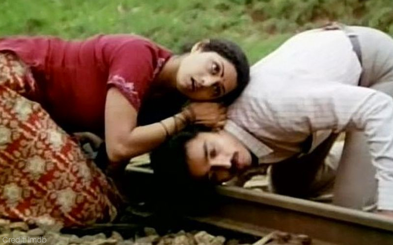 Kamal Haasan and Sridevi in Moondram Pirai